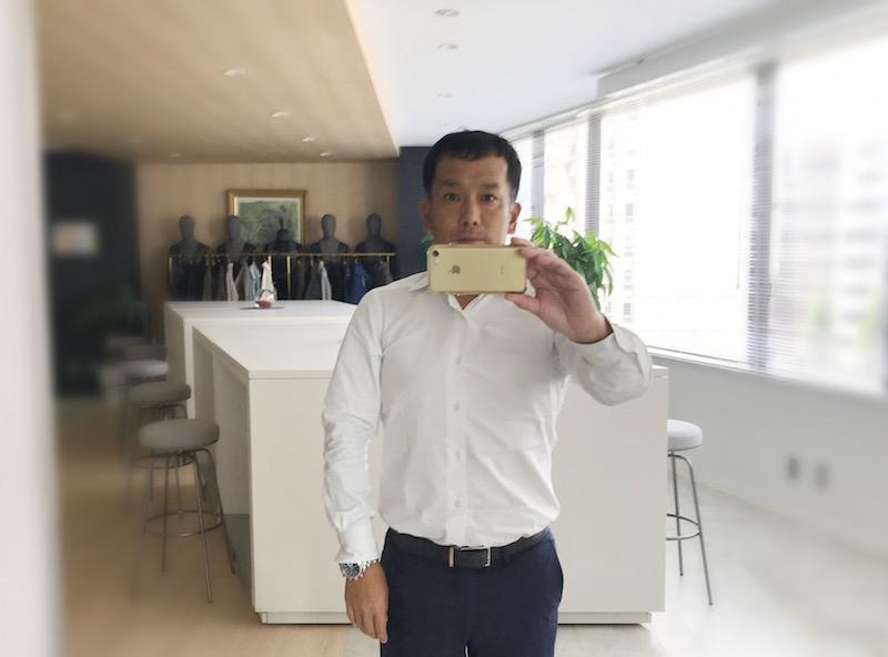 白いシャツに付いている白いボタンは何?